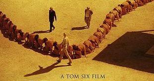 "P�ster Oficial de ""The Human Centipede 3"""